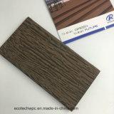 O composto de plástico à prova de madeira Deck relevo