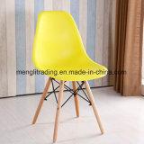 Los PP asientan y la silla de madera del plástico de la silla del comedor de la pierna