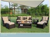 O sofá de vime do Rattan ao ar livre ajustou-se para o pátio e o hotel ao ar livre