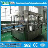 L'eau minérale de bouteille rotatoire d'animal familier rinçant la machine remplissante et recouvrante