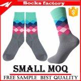 Gekämmte Baumwollklare Farben-Mann-Kleid-Socke