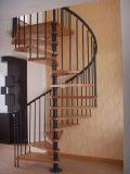 純木のステップ螺旋階段か屋内ステアケース