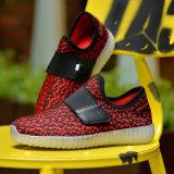 El deporte ligero caliente de las zapatillas de deporte de los zapatos de la venta LED para los cabritos y los zapatos ocasionales de los adultos LED tiene precio de las acciones barato de China