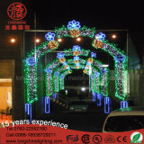 休日の通りのモチーフのDecotationsライトを渡る屋外のつけられたLEDのアーチのクリスマス