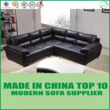 快適な居間の本革のコーナーのソファー