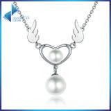 925の純銀製の天使の翼の羽のネックレスの女性の真珠の中心のペンダントのネックレス