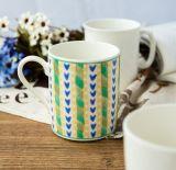 Tazza di caffè di ceramica bianca del Matt con il coperchio ed il cucchiaio