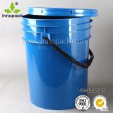 Una benna di plastica da 5 galloni con il coperchio della protezione del becco da 1 pollice