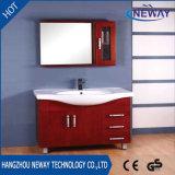 Assoalho novo que está o gabinete de banheiro de madeira com gabinete lateral