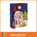 La aduana imprimió el bolso de papel del regalo de las compras de la Navidad con la maneta cortada con tintas