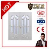 ガラスが付いている主要な正面玄関の木の両開きドア