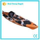Kayak profesional de la pesca se sienta en canoa superior del mar con timón