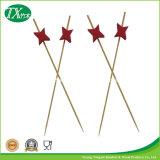 Skewers e varas de bambu do alimento que Sharpen em uma extremidade