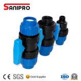 Blaues Plastikrohr pp., das für Wasserversorgung-Bewässerung befestigt
