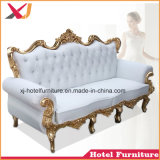 宴会のための居間のソファーベッドかレストランまたはホテルまたは結婚式またはホームまたは寝室
