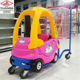 Il carrello del giocattolo dei bambini del carrello di acquisto del supermercato scherza il carrello