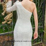 Une robe nuptiale de longue sirène de chemises d'épaule