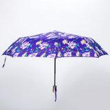 يطوي مظلة مع زهرة بناء