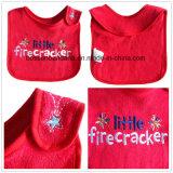 中国の工場農産物はロゴによって刺繍された赤い綿のテリーの赤ん坊の胸当てをカスタマイズした