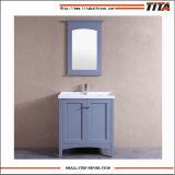 Governo classico di vanità della stanza da bagno dell'hotel con la parte superiore e lo specchio