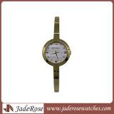 小型の女性水晶腕時計、ステンレス鋼Wirstwatchの女性ブレスレットの腕時計