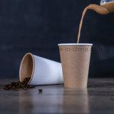 Tazze di caffè di carta impresse a gettare stampate abitudine