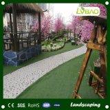 인공적인 잔디를 정원사 노릇을 하는 정원 훈장