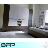引出しの戸棚が付いている古典的な白い木の寝室のワードローブ