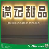 LEDの明るいアクリルのバックライトを当てられた文字、バックライトを当てられた文字の印