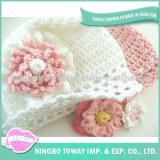 Laines tricotant le chapeau chaud d'enfant de crochet de bébé de chapeau