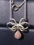Collar de plata con pajarita y colgante en forma de pera