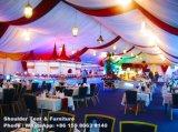 装飾が付いている大きい党テントか表または椅子または照明