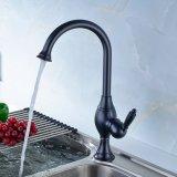 L'olio di Flg ha lucidato il colpetto d'ottone Bronze del dispersore dei rubinetti della cucina di Soild