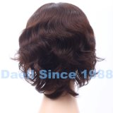 Brevi parrucche ondulate dei capelli delle donne
