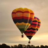 Gelber und grüner Wasser-Tröpfchen-Form-Heißluft-Ballon, der für gehen besichtigenfliegen-Konkurrenz-Hochzeits-Reise ist
