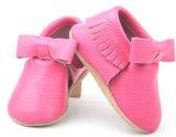 A deformação do rosa ao calçado de couro bebê nascido Moccasins Sapata Casual