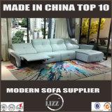 本物のソファーが付いている2017年の居間のリクライニングチェア