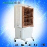 Assoalho que está o refrigerador de ar portátil evaporativo da água do uso ao ar livre verde
