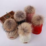 여자 케이블에 의하여 뜨개질을 하는 가짜 모피 공 겨울 모자