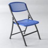 屋外のプラスチックフォールドの椅子