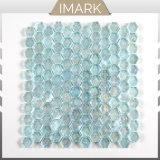 シャワー室の壁のタイルのための水の青い六角形のガラスモザイク