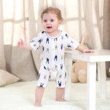 子供の衣服の赤ん坊の服装に着せている新しい方法子供
