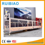 La construcción plataforma suspendida para el mantenimiento de la fachada
