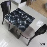 現代樹脂のコーヒーテーブルのレストランのテーブルの上