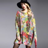 여자는 디자인의 인쇄를 모헤어 질의 너무 크은 뜨개질을 하는 스웨터, 충분히 인쇄 모양 짓는다