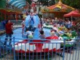 Guerra Ultraman filhos crianças carros favoritos na Via Shoot Ultraman por diversão