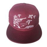 Casquillo del algodón con insignia interesante en el sombrero del bordado por Año Nuevo