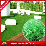 Hierba artificial plástica al aire libre de mirada natural del césped falso verde
