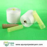 Coudre le fil filé sur la bobine cylindrique en plastique