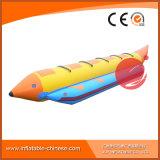 Раздувные рыбы летают шлюпка плавая на море (T12-409)